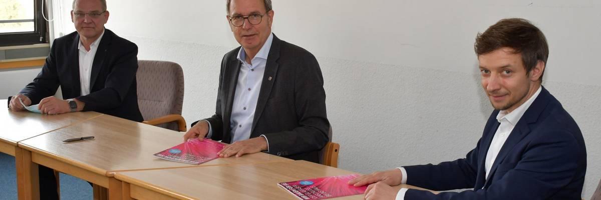 Harald Lange, Telekom Leiter Produktion/Technik/Infrastruktur Hannover, Bürgermeister Jürgen Köhne und Alexander Ganz, Teamleiter Außendienst Infrastrukturvertrieb Hannover (vlnr) unterzeichnen eine gemeinsame Absichtserklärung zum Glasfaserausbau in Laatzen