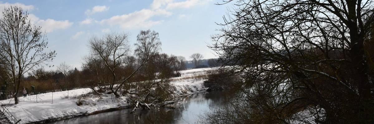 Blick über den Fluß Leine auf winterliche Wiesen im Hintergrund ©Ilka Hanenkamp-Ley