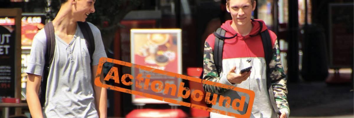 Zwei Jungen mit Handy sind in einer Stadt unterwegs, Stempel Actionbound auf dem Bild ©Pixabay