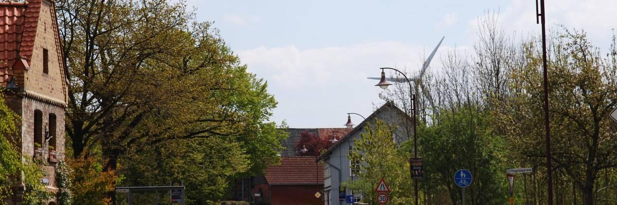 Häuser an der linken Seite, Straße führt durch die Mitte