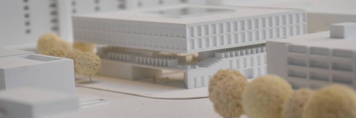 Modell eines großen Hauses aus weißem Material gebaut ©Stadt Laatzen/Ilka Hanenkamp-Ley