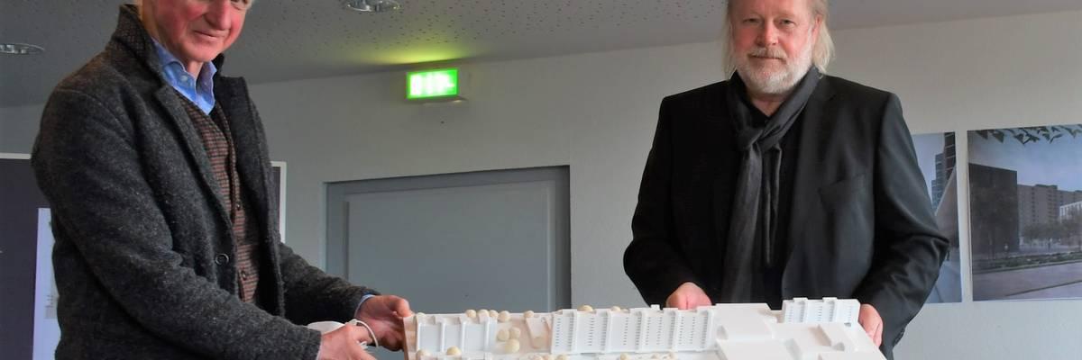 Zwei Herren präsentieren ein Gebäude-Modell ©Stadt Laatzen/Ilka Hanenkamp-Ley