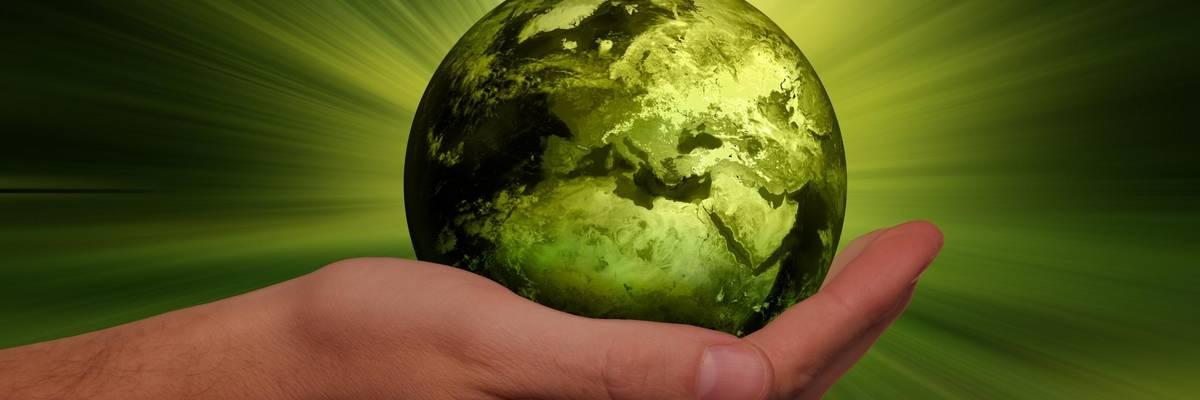 Weltkugel von einer Hand gehalten ©Pixabay