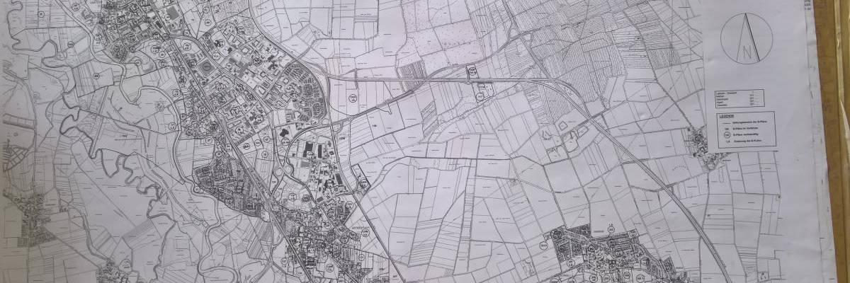 Karte auf Papier mit dem Stadtgebiet und der Übersicht der aktuellen B-Pläne