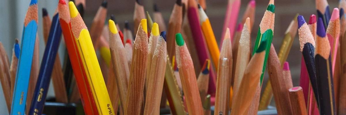 zahlreiche Buntstifte in Stiftehaltern stehend