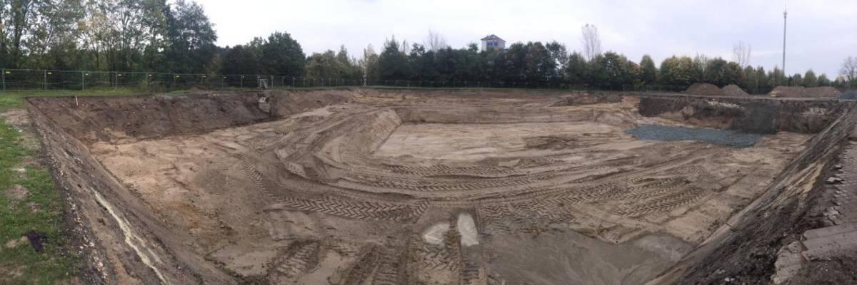 Panoramaansicht auf die ausgehobene Grube des Festplatzes
