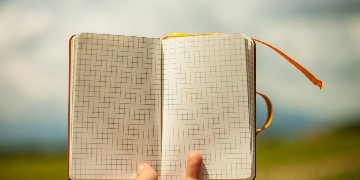 Ein Tagebuch wird vor einen blauen Himmel gehalten
