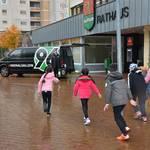 6 Kinder aus der Laatzener Quatschkiste rennen auf den Hannove 96-Bulli zu