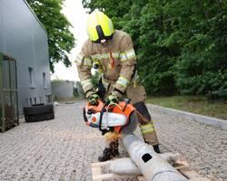 Geschützt durch den Schirm können die Feuerwehrleute in Hilfeleistungseinsätzen arbeiten. [(c) Stadt Laatzen]