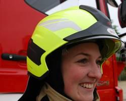 Francesca Seidel von der Laatzener Feuerwehr demonstriert den neuen Vollschalenhelme mit höchstem Schutzniveau vom Typ 'Heros Titan'. [(c) Stadt Laatzen]