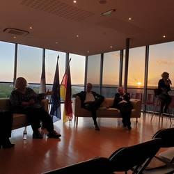 Die Teilnehmenden auf dem Podium im Rathaus in Grand Quevilly während der Podiumsdiskussion