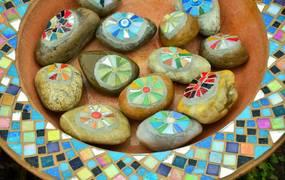 Steine mit Mosaik verziert ©Pixabay