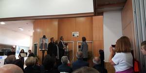 Während einer Gedenkfeier enthüllten die Bürgermeister Marc Massion und Jürgen Köhne und eines Mitglied des Jugendbeirates eine Gedenktafel. [(c) Stadt Laatzen]