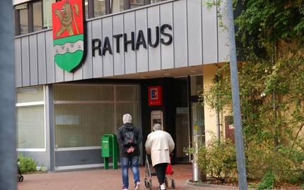 Zwei Frauen gehen in den Eingangsbereich des Rathauses ©Stadt Laatzen