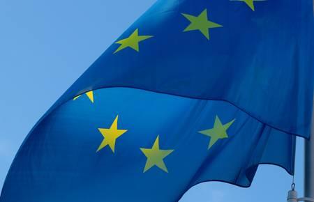 Flagge weht vor blauem Himmel