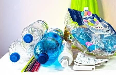 Leere Plastikflaschen gestapelt [(c) Pixapay]