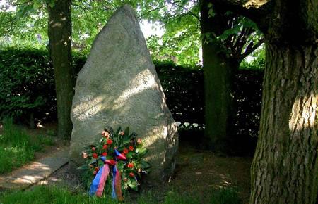 Der Gedenkstein geschmückt mit einem Kranz. [(c) Stadt Laatzen]