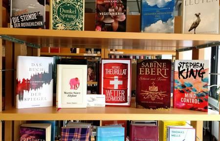Regal mit Bestsellern und einem Leseausweis