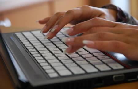 Laptop mit schreibenden Händen [(c) Matthias Brinkmann]
