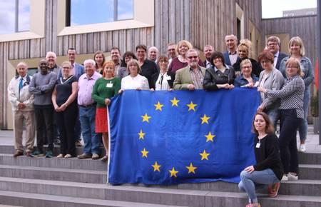 Laatzens Partnerstädte halten Europa hoch. Die Delegationen aus Grand-Quevilly, Gubin und Guben mit den Laatzener Mitgliedern des Rates und Mitarbeiterinnen der Verwaltung vor dem Stadthaus. [(c) Matthias Brinkmann]