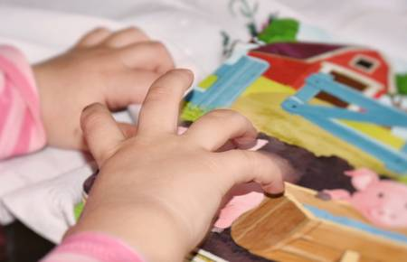 Babyhände auf einem Buch
