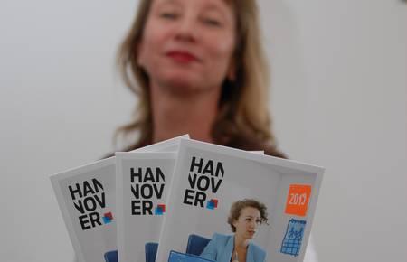 Die Gleichstellungsbeauftragte Nicole Hendrych präsentiert das neue Programm zur Weiterbildung von Frauen [(c) Matthias Brinkmann]