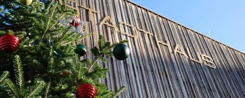 Geschmückter Baum vor der Holzfassade des Stadthauses [(c) Ilka Hanenkamp-Ley]
