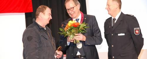 Couragepreis 2018 - Handwerker Selim Malkoc mit Bürgermeister Jürgen Köhne und Roland Einbrodt.JPG
