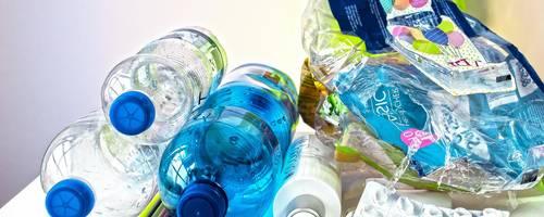 Leere Plastikflaschen gestapelt