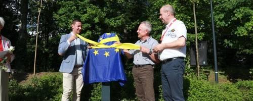 Der polnische Bürgermeister Bartłomiej Bartczak enthüllt mit Gubener Amtskollegen Fred Mahro und Laatzens Ratsherr Ralf Wetzel die Grenzrose auf der Gubiner Theaterinsel.
