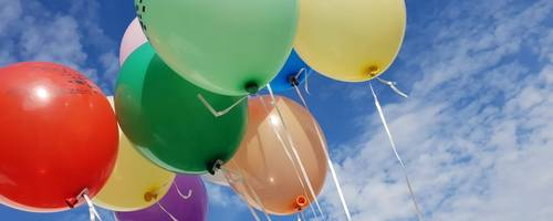Luftballons mit Laatzen-Schriftzug vor blauem Himmel
