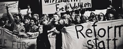 Menschengrupppe mit Transparenten auf der Straße