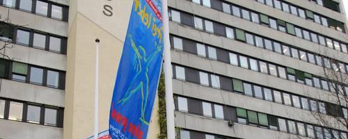 Blaue Flaggen vor dem Rathaus