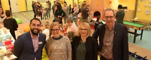 Bürgermeister Jürgen Köhne und Centermanager Guillermo Poveda Fernandez lassen sich von Meike Marks, Kursleiterin und Maria Jakob, Koordinatorin für die Frühen Hilfen der Stadt Laatzen das Angebot vorstellen.