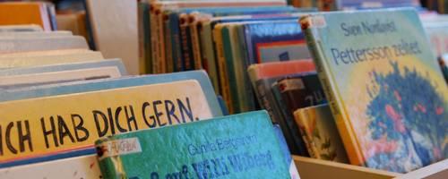 verschiedene Kinderbücher stehen in einer Bücherkiste