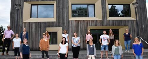 Bürgermeister Köhne, Praxismentorin Grothe stehen mit 14 Azubis vor dem Stadthaus der Stadt Laatzen