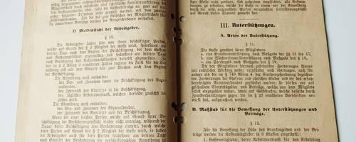 Historisches Schriftstück. Buch aufgeklappt, zwei Seiten azs vergilbtem Papier sind zu sehen.