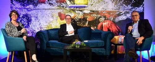 Auf dem blauen Sofa unterhalten sich Hauke Jagau, Jürgen Köhne und Christina Kreutz.