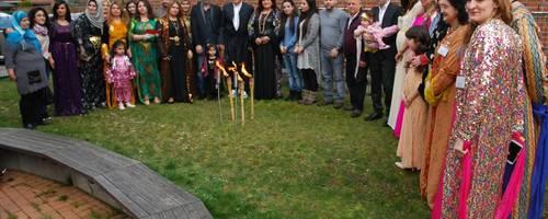 Zu Beginn der Newroz-Feier versammelten sich die Gäste vor dem Familienzentrum um das symbolische Fackelfeuer.