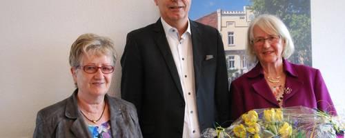 Almut Hentschel (erste von rechts) wird von Ortsbürgermeisterin Helga Büschking und Bür-germeister Jürgen Köhne aus ihrem Amt verabschiedet.