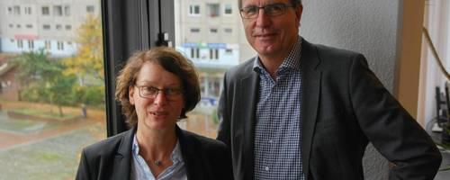 Sabine Rebe mit Bürgermeister Jürgen Köhne. Im Hintergrund der neue Arbeitsplatz der Architektin – das Stadtteilbüro am Marktplatz