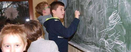 Mehrere Kinder vor einer Tafel