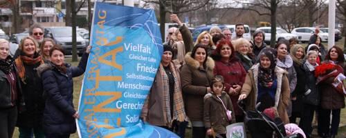 Gruppe von Frauen vor dem Rathaus