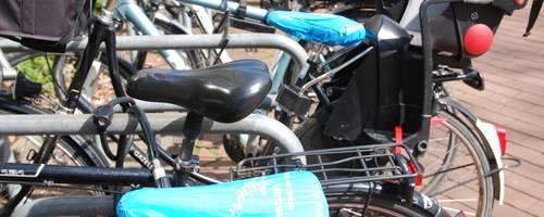 Angeschlossene Räder vor dem Rathaus