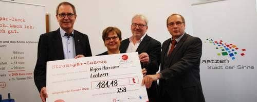 Jürgen Köhne erhält den Stromspar-Scheck für die Stadt Laatzen. Bürgermeister Jürgen Köhne, Dr. Silke Lesemann, Vorstandsvorsitzende der AWO, Burkhard Teuber, Geschäftsführer der AWO und Udo Sahling, Geschäftsführer der Klimaschutzagentur v.l.n.r.