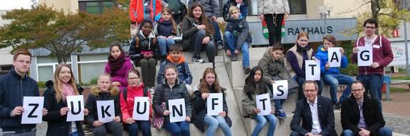 Gruppe der Schülerinnen und Schüler mit dem Bürgermeister vor dem Rathaus
