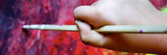 Kinderhand, einen Pinsel haltend