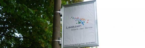 Plakatrahmen an Straßenlaterne