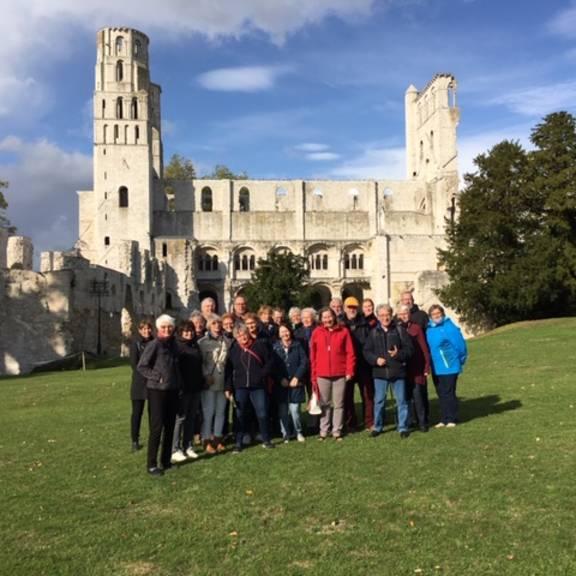 Die Reisegruppe vor den Ruinen in Jumiège