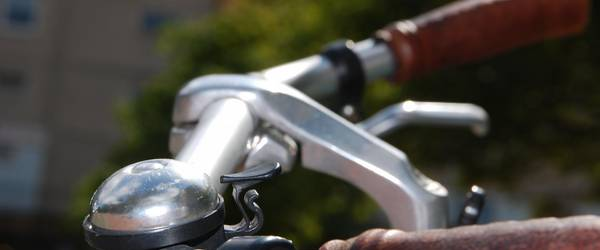 Fahrradlenker vor Laatzener Hochhaus
